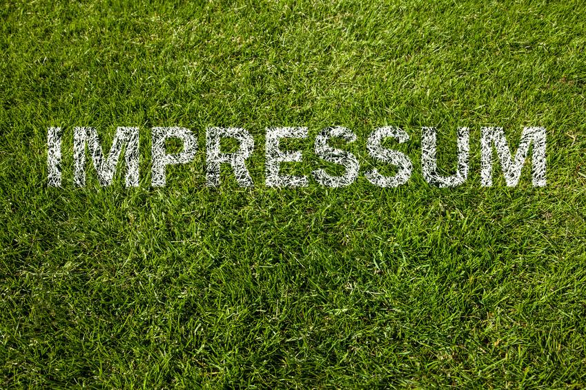 Schriftzug Impressum auf einen Rasen gesprüht