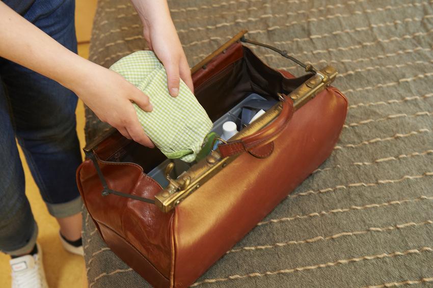eine Hebamme packt ihre Tasche